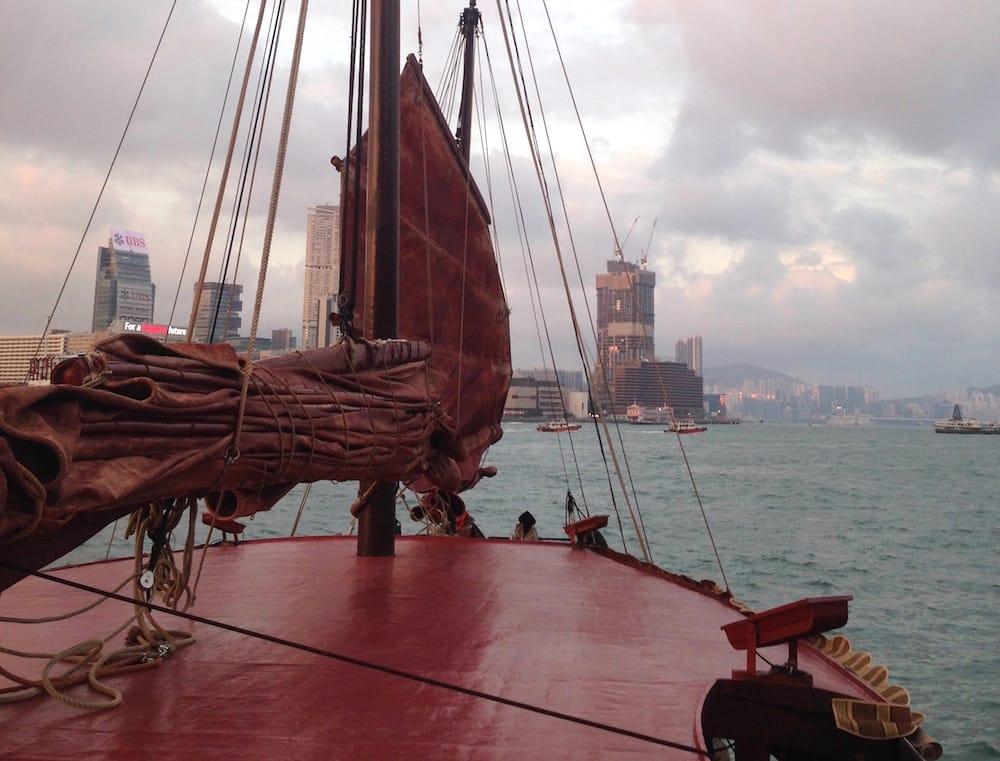 du thuyền ngắm cảnh đêm cảng victoria: du thuyền duckling