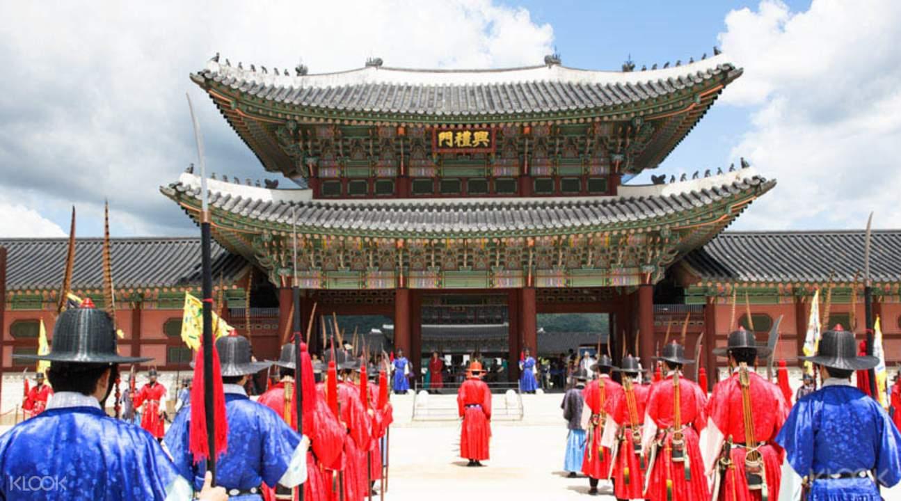 thăm cung điện gyeongbokgung trong chuyến đi chơi cuối tuần ở seoul