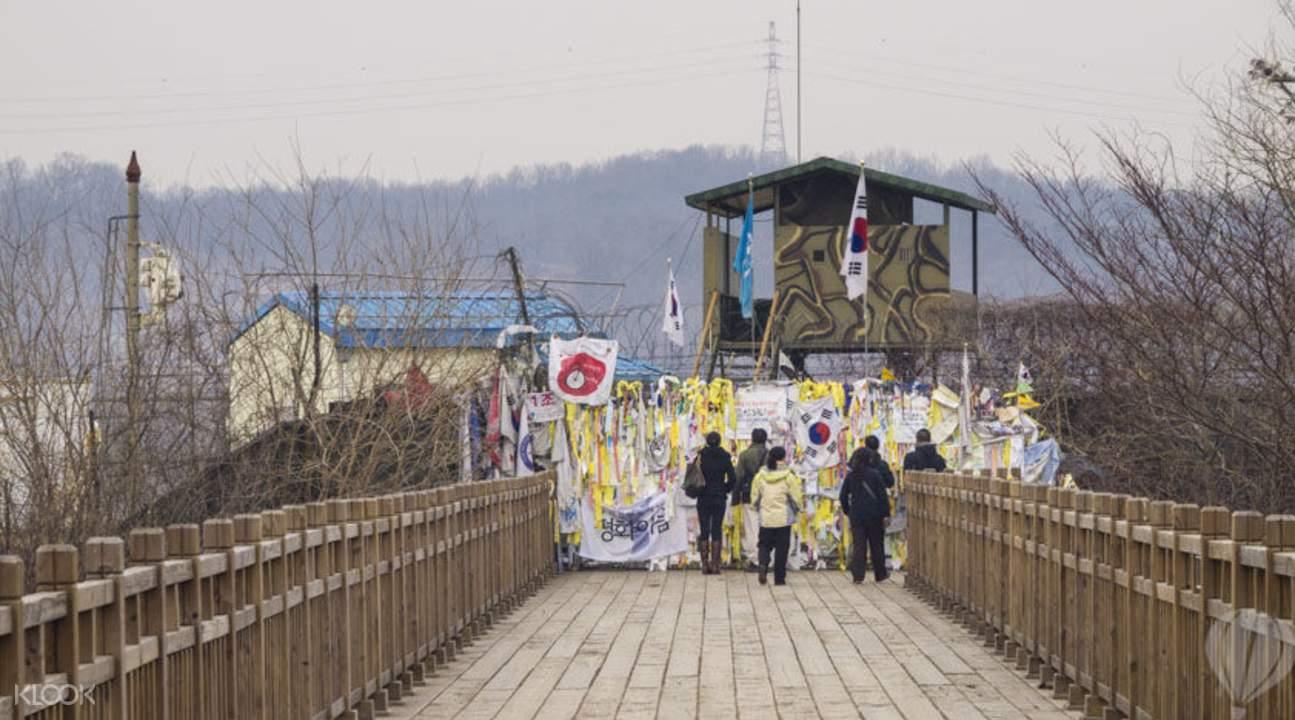 thăm freedom bridge trong chuyến đi chơi cuối tuần ở seoul