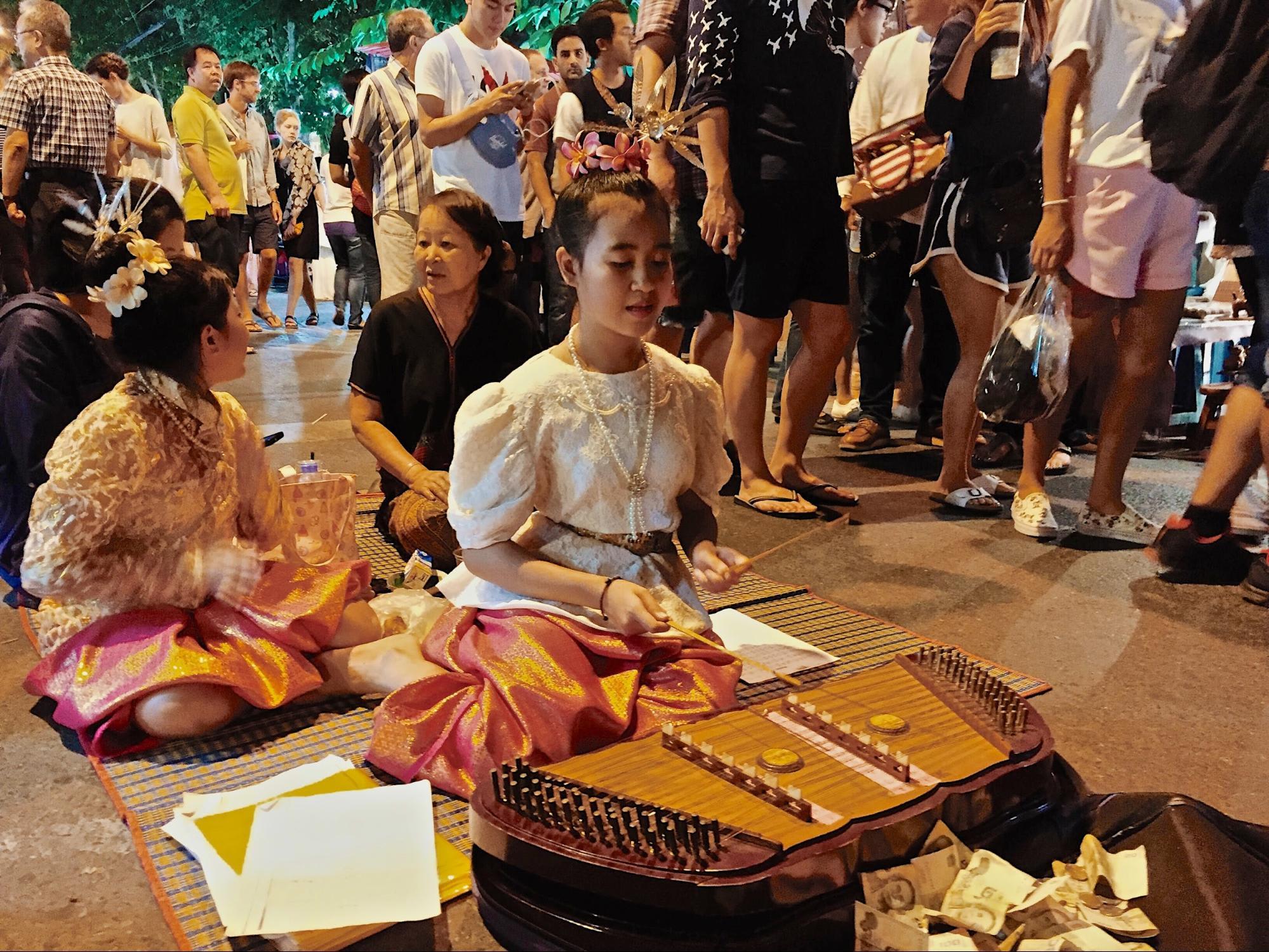 du lịch tự túc chiang mai: nhạc công tại chợ đêm