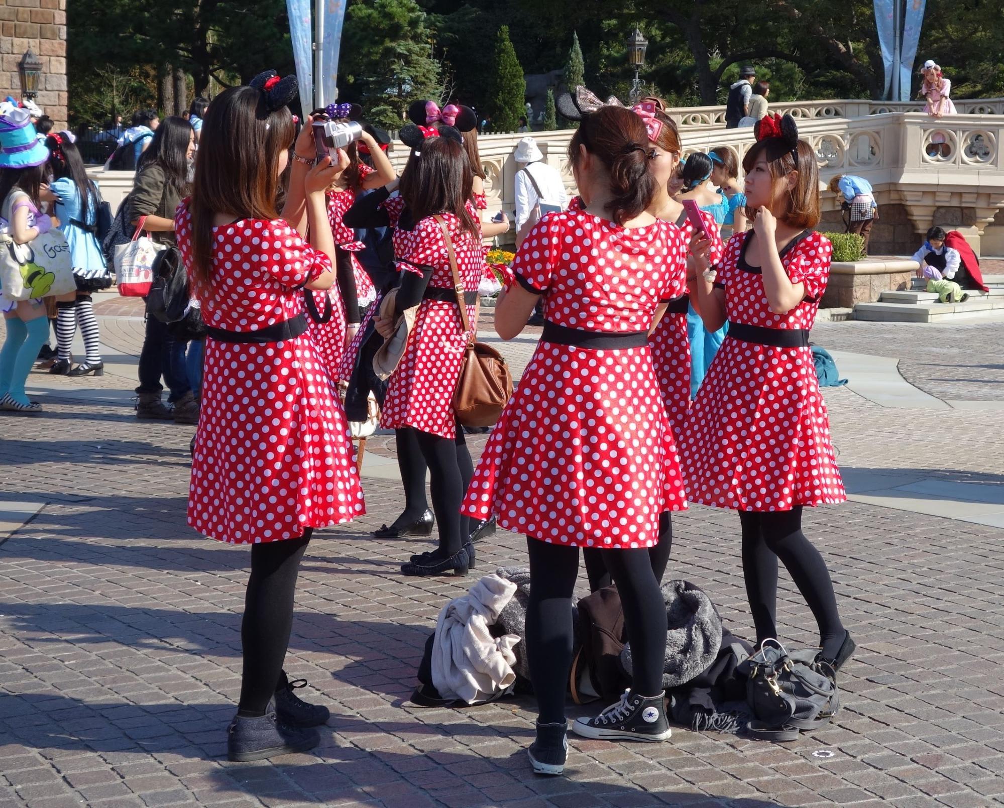 công viên đại dương tokyo disneysea: du khách trong đồng phục