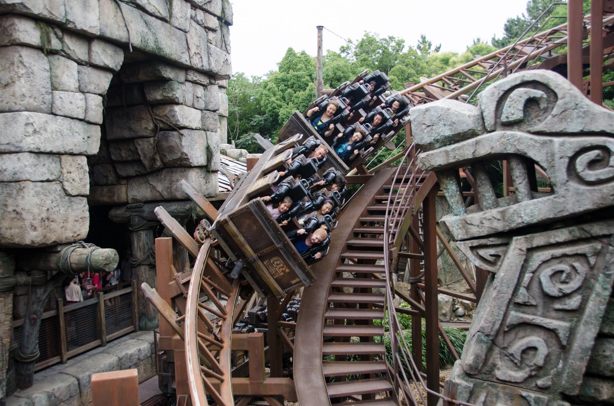 công viên đại dương tokyo disneysea: raging spirits roller coaster