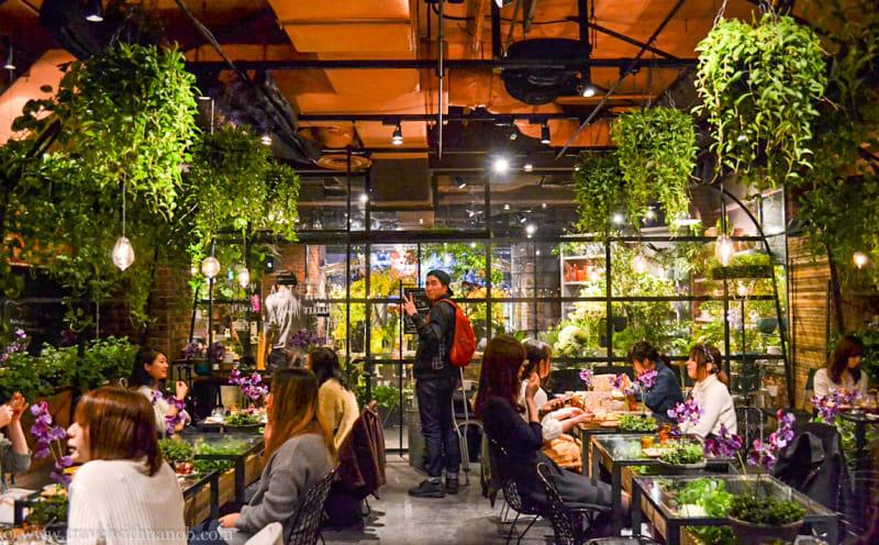 bên trong quán flower market tea house