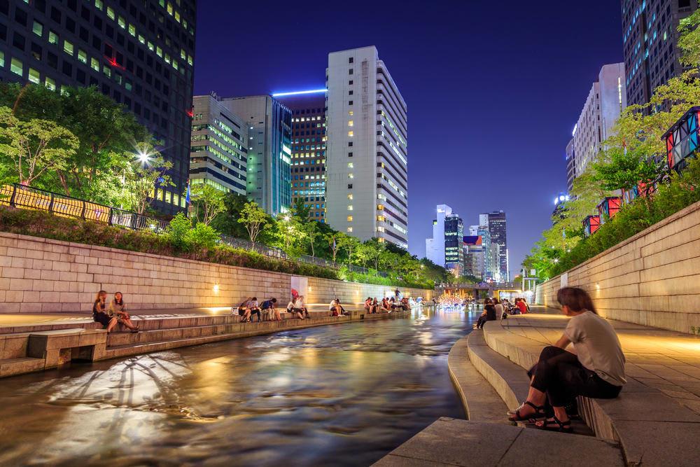 suối cheonggyecheon là một trong những địa điểm lãng mạn nhất seoul
