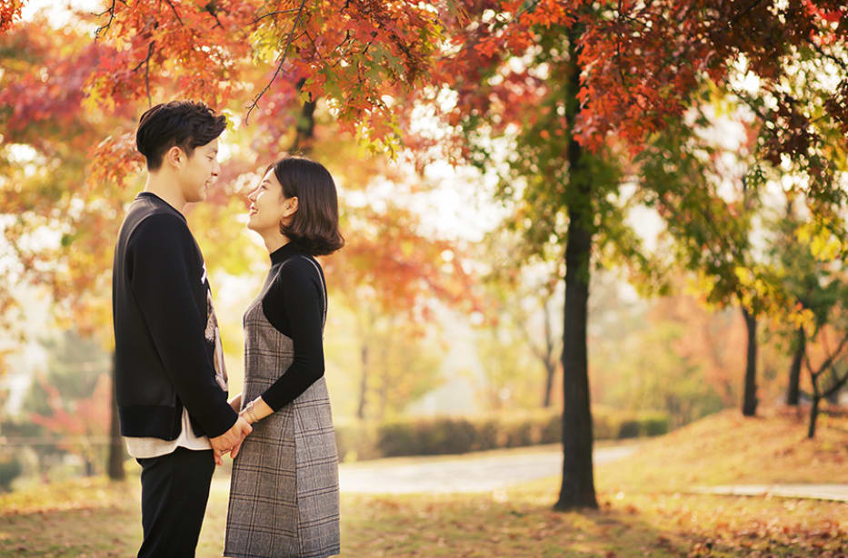 cặp đôi dưới tán lá phong đỏ ở hàn quốc