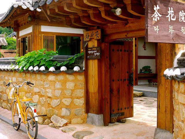 làng cổ bukchon hanok là một địa điểm du lịch mùa trung thu