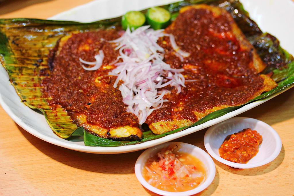 cá đuối nướng sốt sambal là một trong 30 món ăn ở singapore phải thử