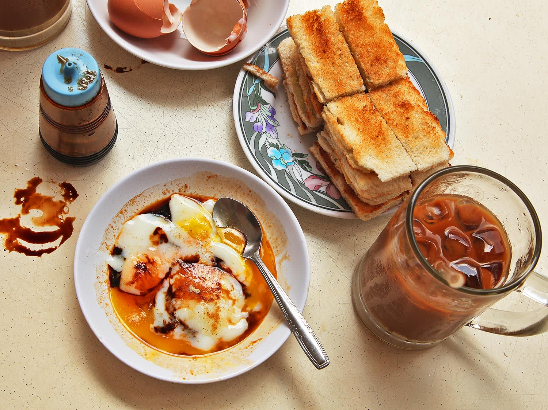 bánh mì nướng kaya và trứng lòng đào là một trong 30 món ăn ở singapore phải thử
