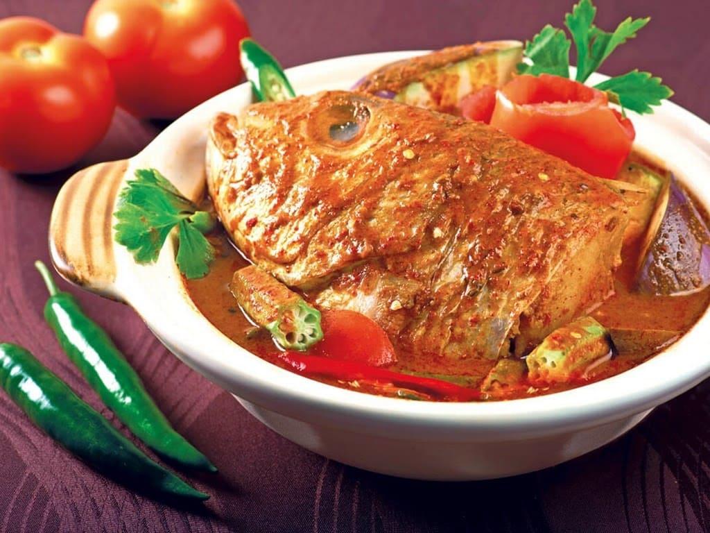 cà ri đầu cá là một trong 30 món ăn ở singapore phải thử