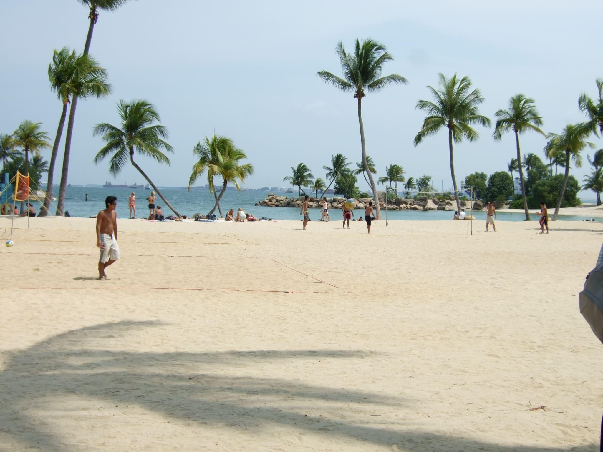 bãi biển ở đảo sentosa là một trong những điểm đến ở singapore cho hội độc thân