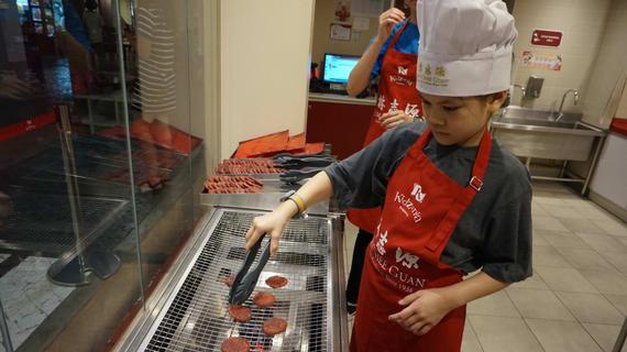 cho bé chơi đầu bếp tại kidzania là một trong những hoạt động tại singapore