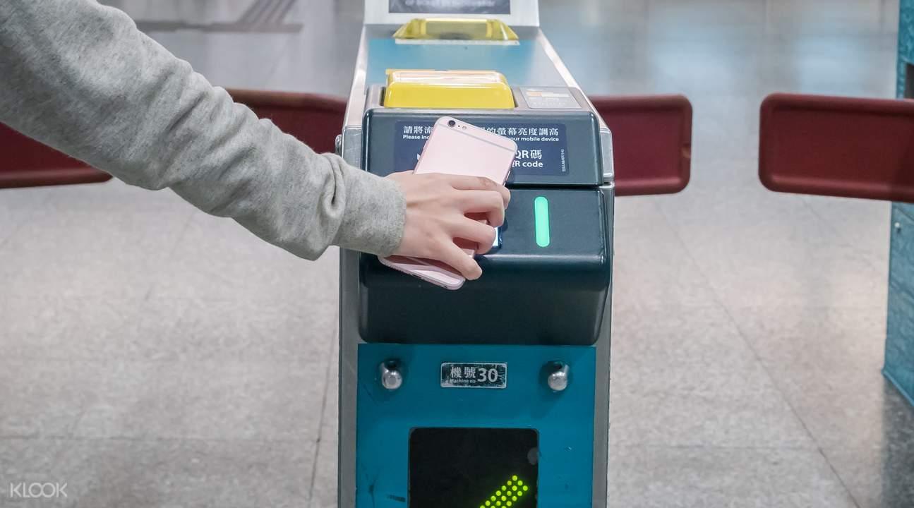 cách đi từ sân bay hong kong về trung tâm : quét mã QR code
