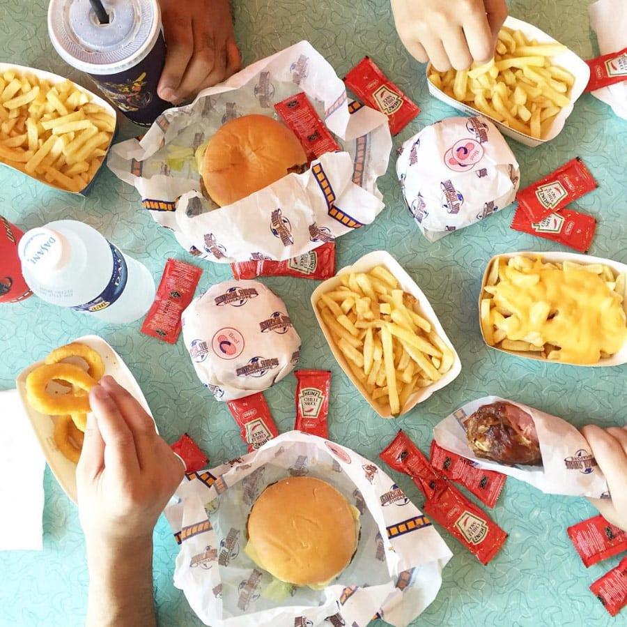 ăn burger là một trong những kinh nghiệm vui chơi ở universal studios singapore