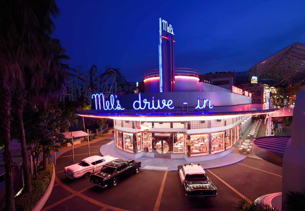 ăn burger tại mel's drive in là một kinh nghiệm vui chơi ở universal studios singapore