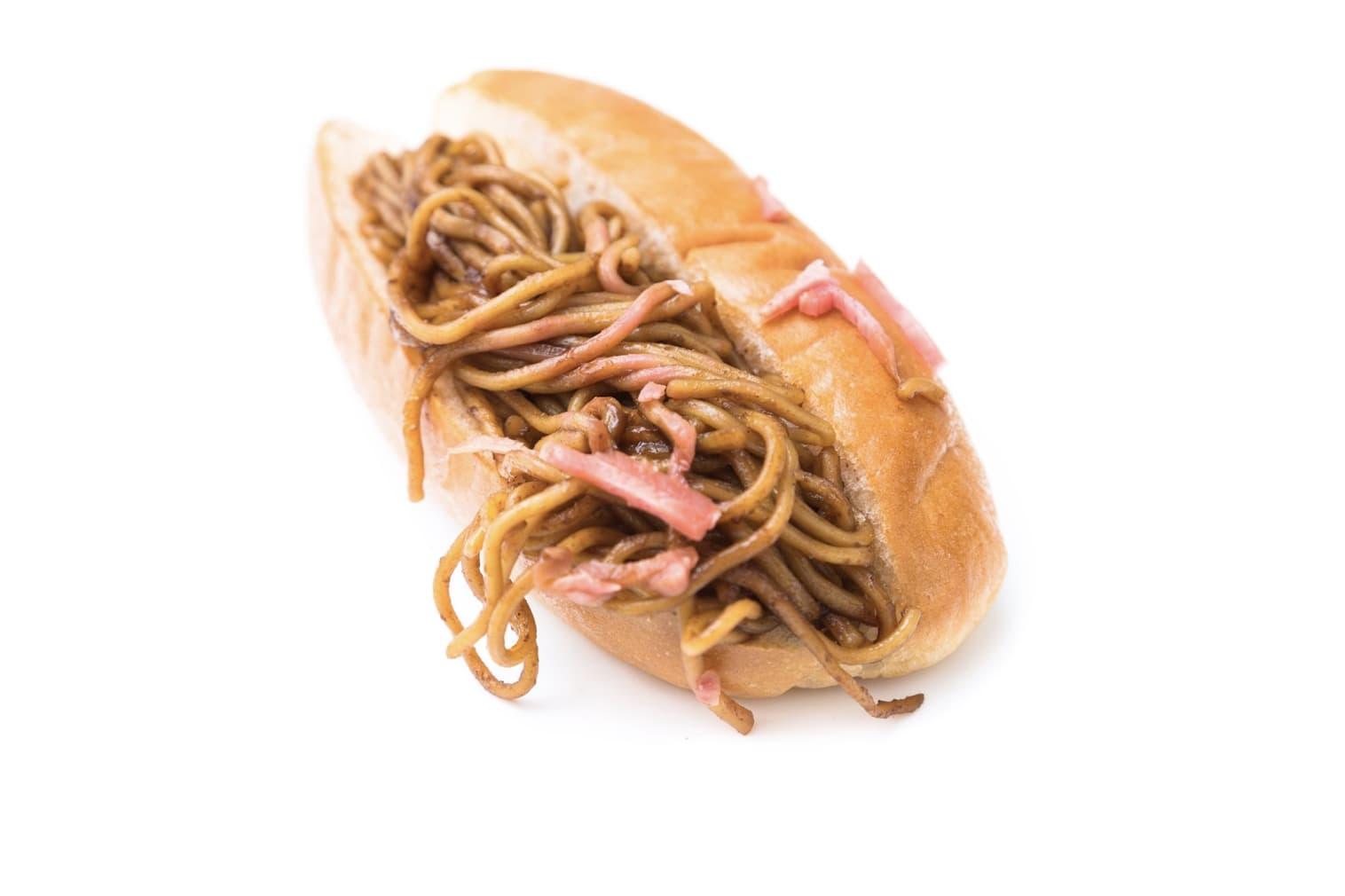 bánh mì kẹp mì sợi là một trong những món ăn kết hợp hương vị kỳ cục nhất ở Nhật Bản