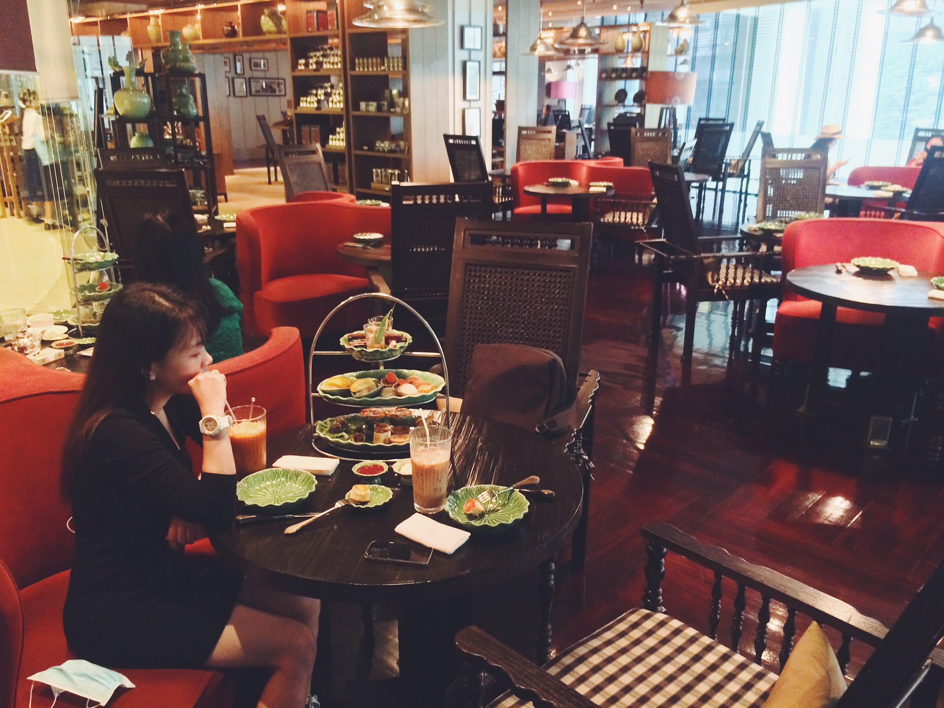 thưởng thức trà tại erawan tea room trong chuyến du lịch thái lan 4 ngày 3 đêm