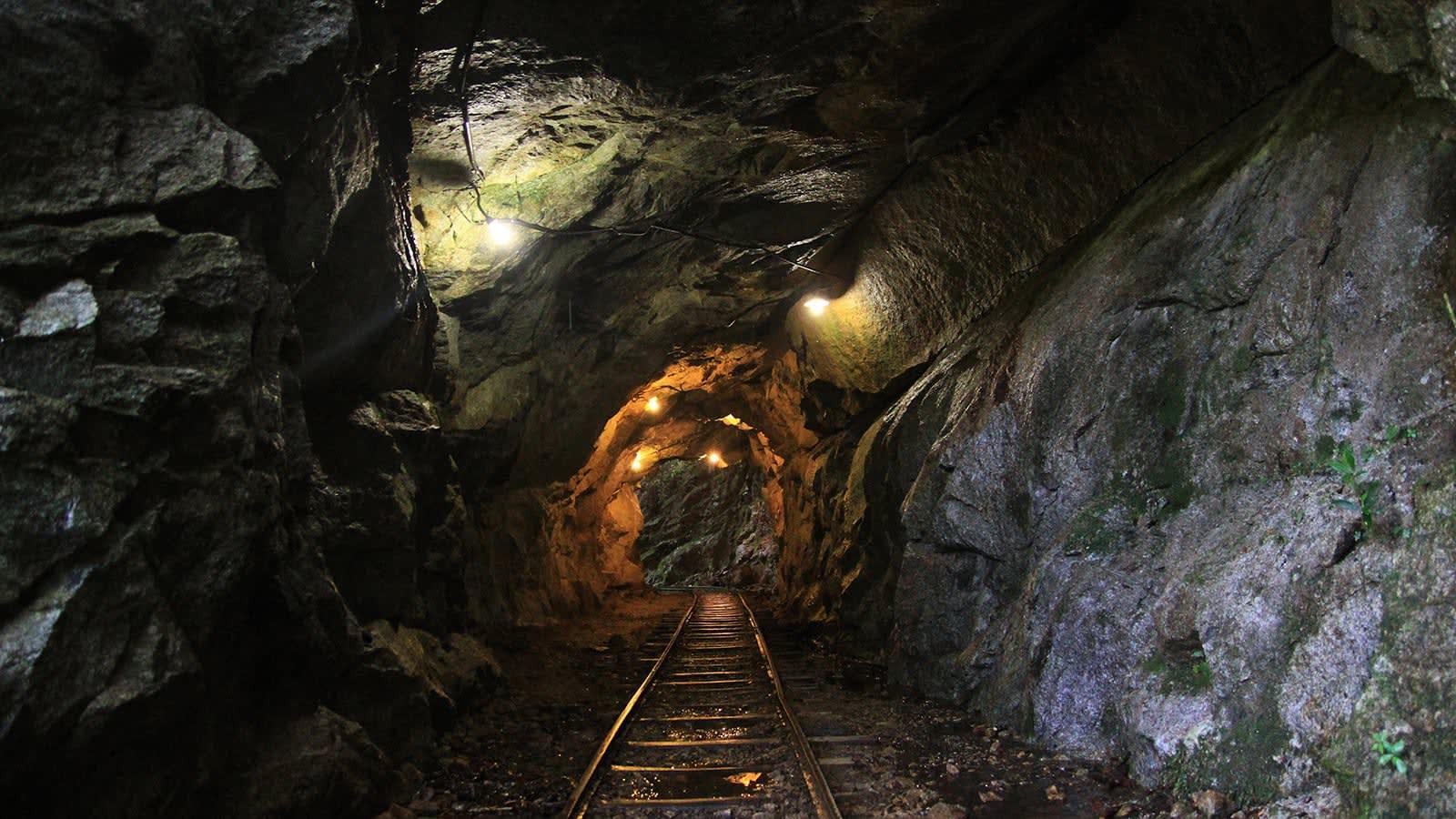du lịch yakushima - đường ray trong hầm