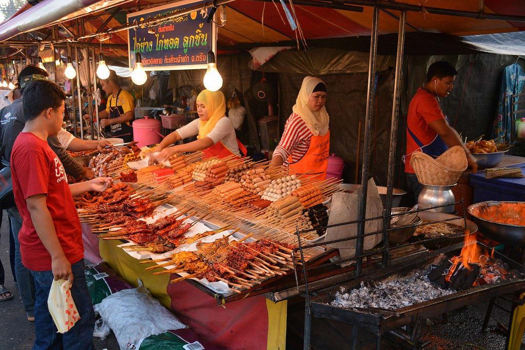 thưởng thức ẩm thực đường phố là một trong những kinh nghiệm đi krabi