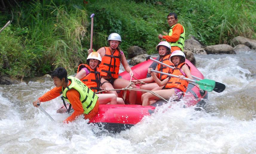 chèo bè ở thác nước là một trong những kinh nghiệm đi krabi