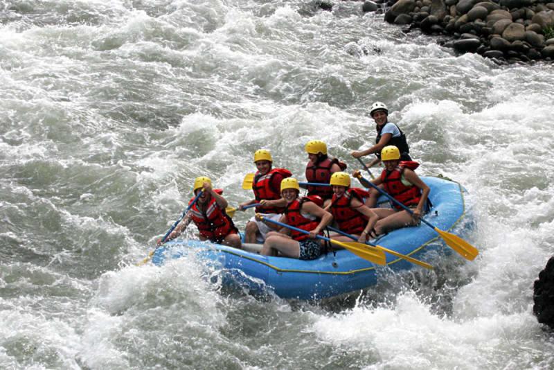 chèo bè trên thác nước là một trong những kinh nghiệm đi krabi