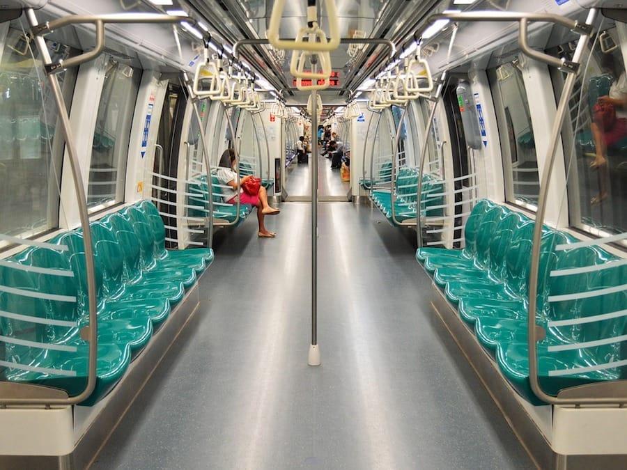 đi tàu điện ngầm MRT trong chuyến du lịch singapore 3 ngày 2 đêm