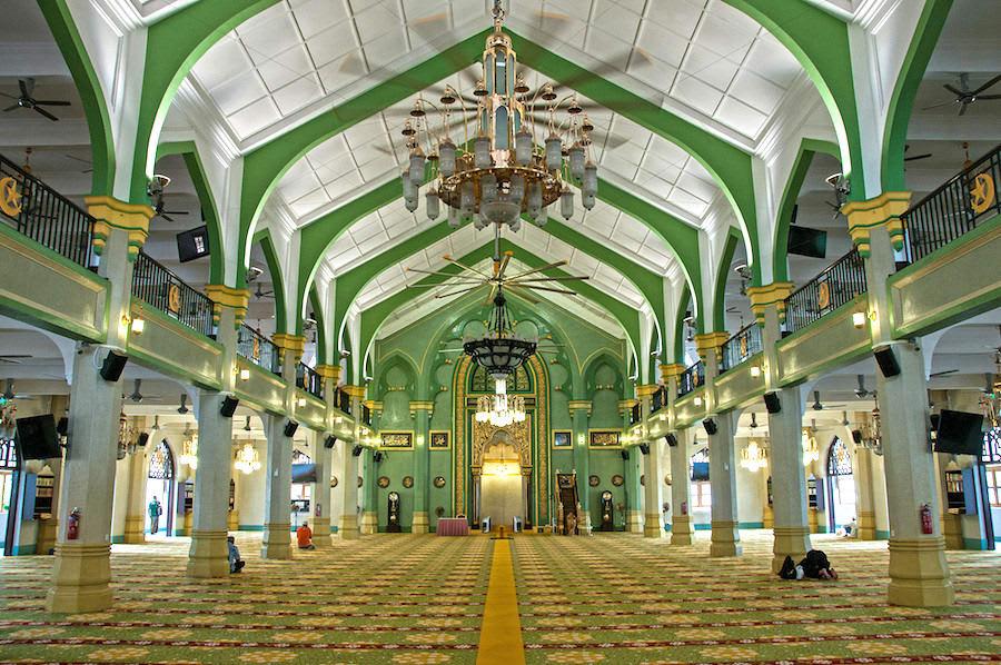 vào bên trong nhà thờ hồi giáo sultan trong chuyến du lịch singapore 3 ngày 2 đêm