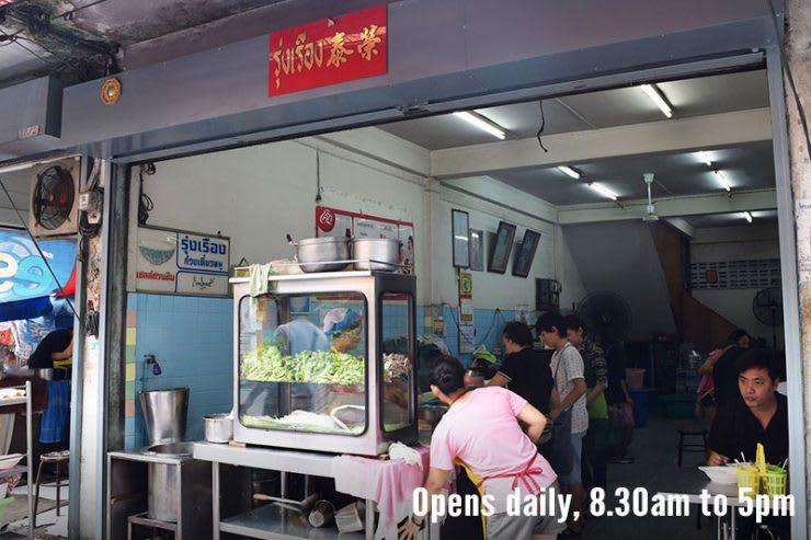 ăn tomyum tại roong rueng trong lịch trình du lịch thái lan dịp tết