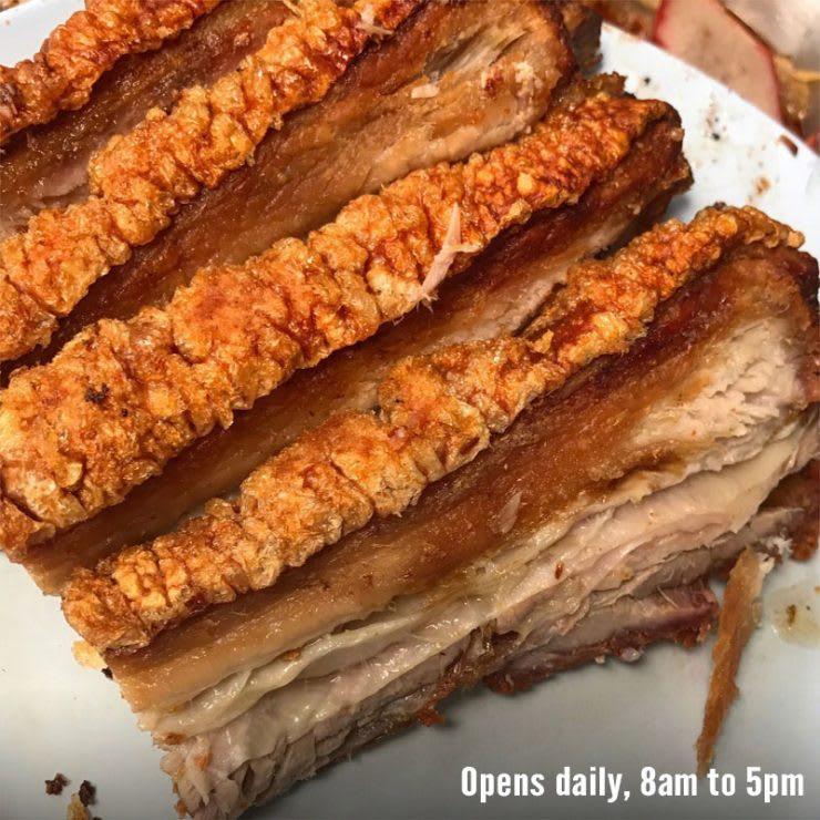 ăn thịt heo quay giòn bì tại thanee restaurant trong lịch trình du lịch thái lan dịp tết