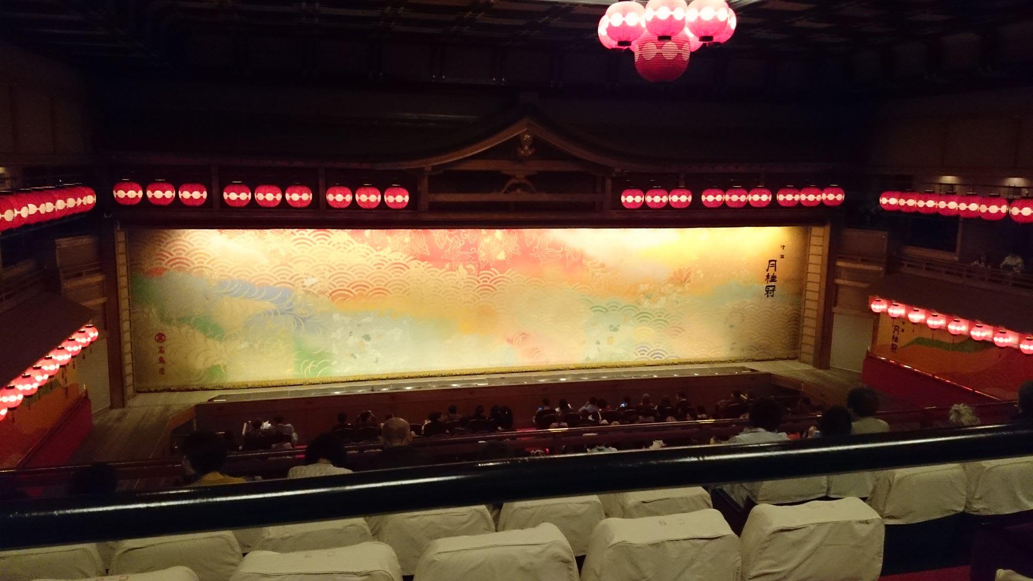 sân khấu miyako odori trong chuyến ngắm hoa anh đào