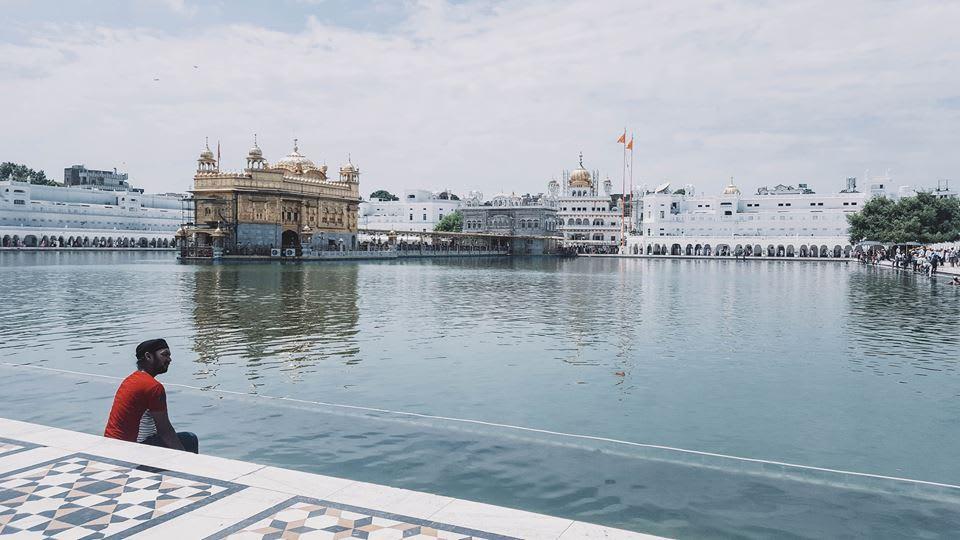 du lịch ấn độ một mình - cầu nguyện ở hồ nước trong đền golden temple