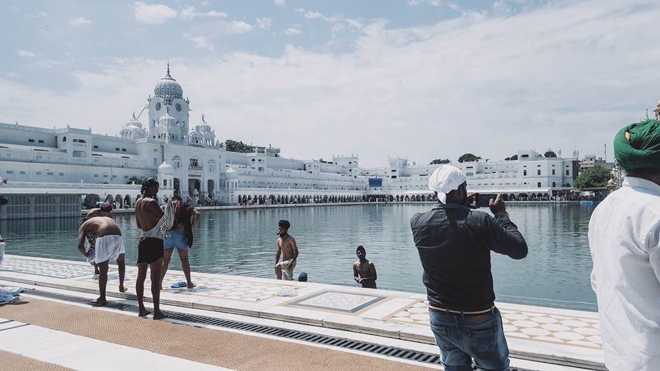 du lịch ấn độ một mình - tắm rửa ở hồ nước trong đền golden temple