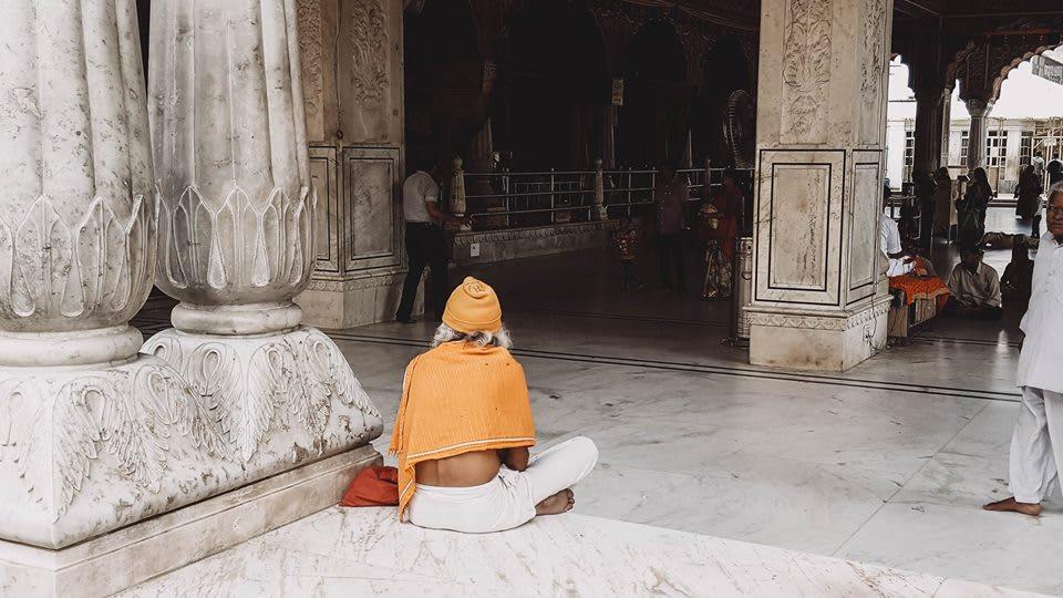 du lịch ấn độ một mình - cầu nguyện ở đền hindu