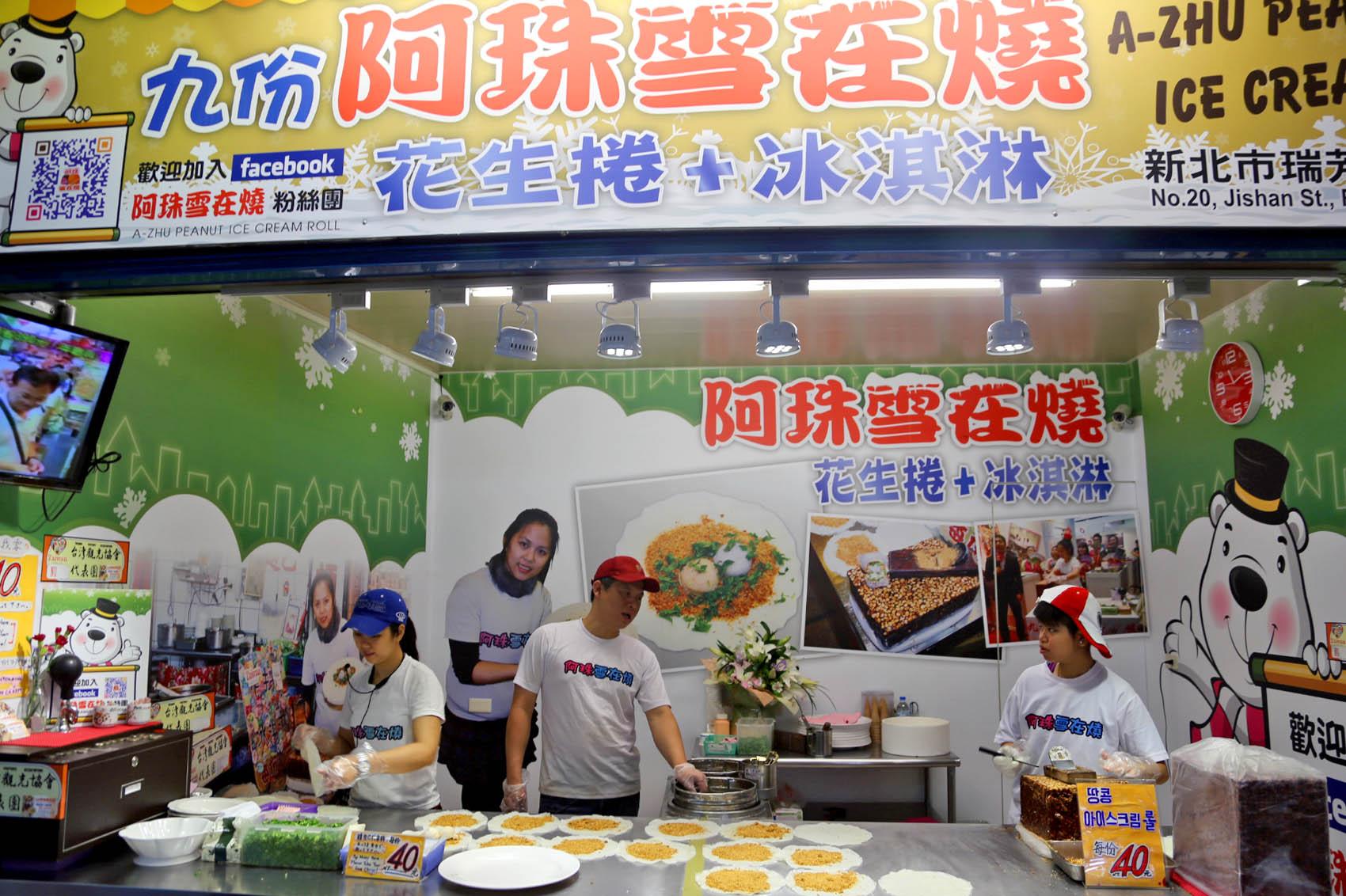 kem cuộn đậu phộng a-zhu làm một món ăn nổi tiếng ở phố cổ đài loan