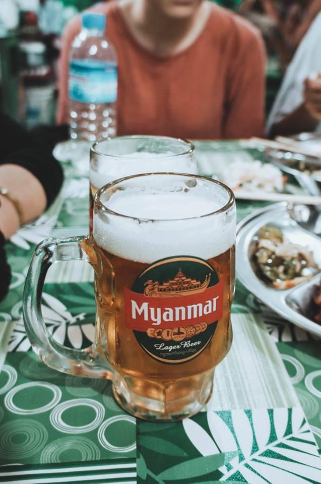 du lịch bagan - uống bia myanmar
