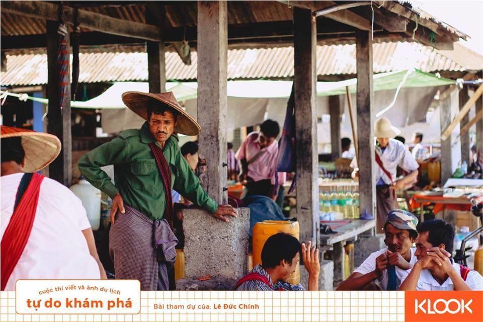 cảnh buôn bán ở phiên chợ trong chuyến du lịch inle