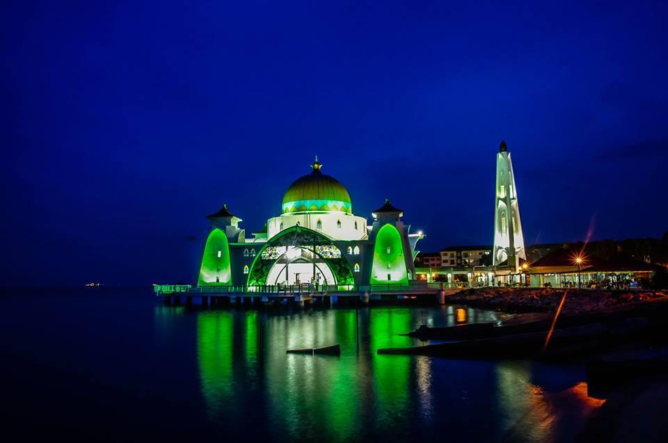 du lịch malacca - nhà thờ masjid selat vào ban đêm