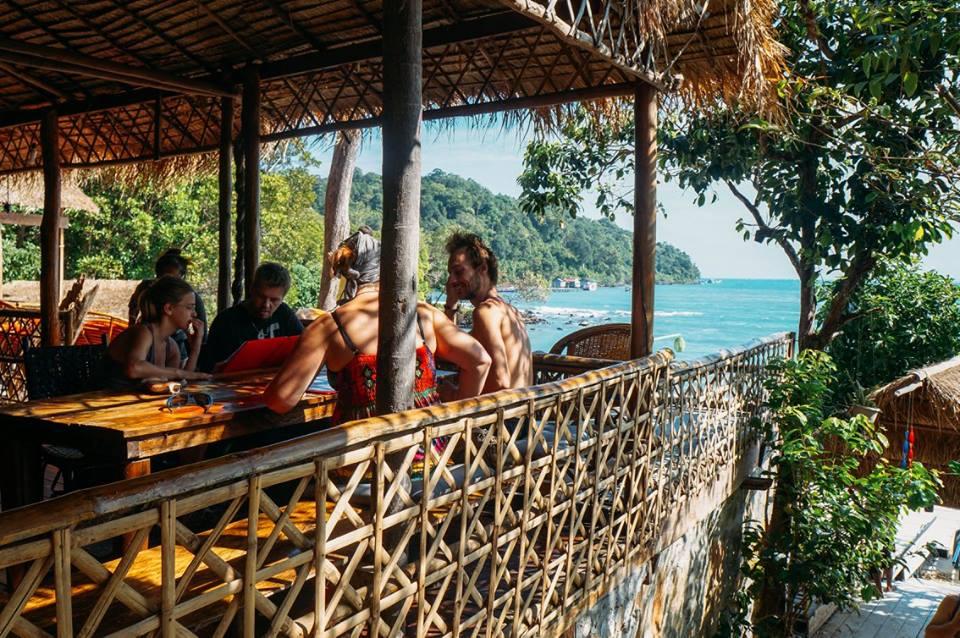 kinh nghiệm đi koh rong samloem - nhà nghỉ rumi có phòng ăn gần gũi với thiên nhiên