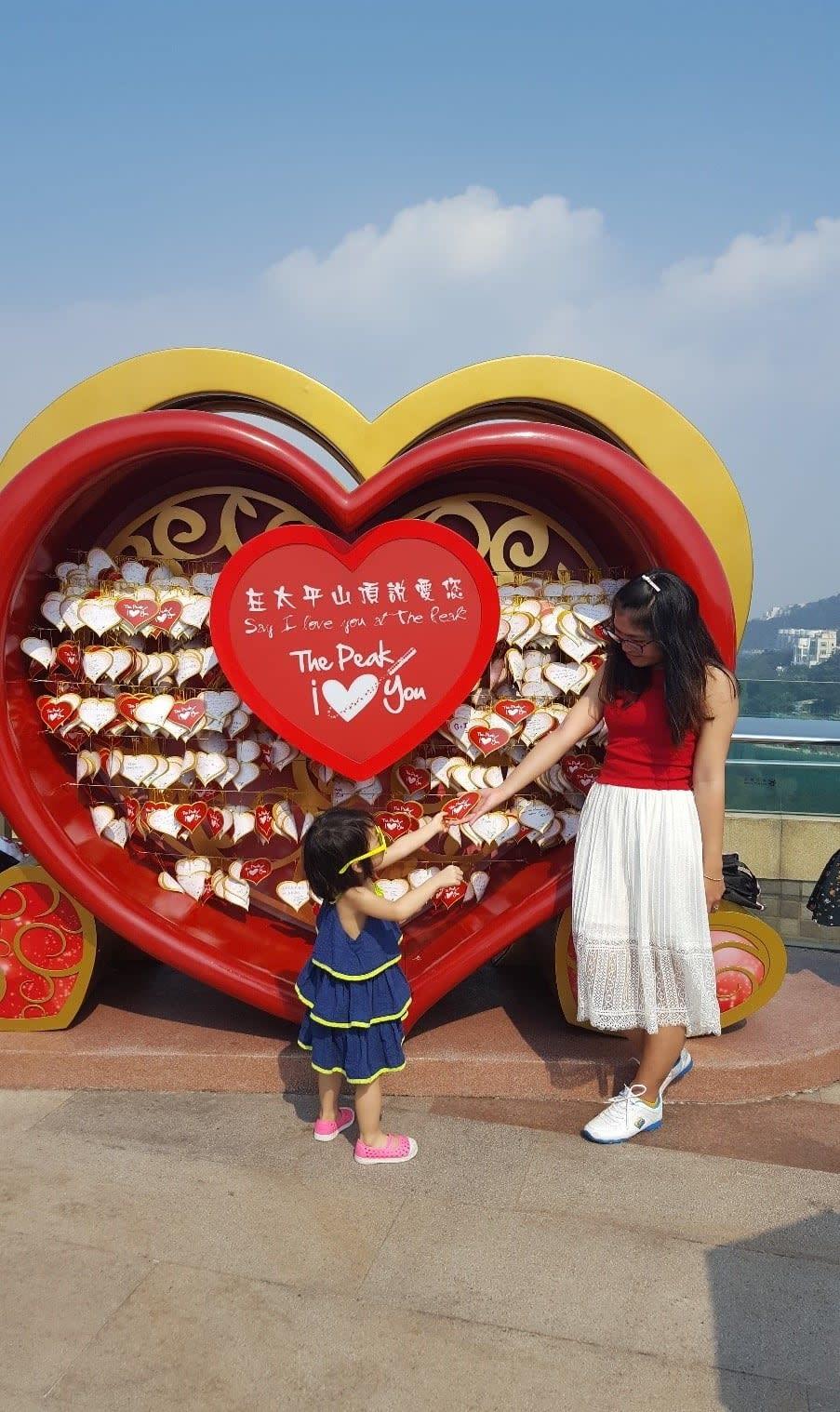 lịch trình du lịch hong kong: viết điều ước gắn lên trái tim khổng lồ