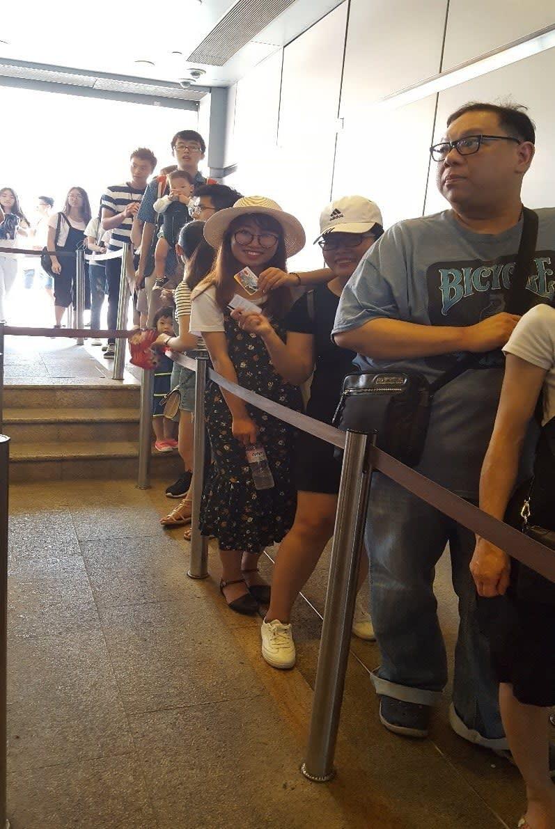 lịch trình du lịch hong kong: xếp hàng đi xuống núi