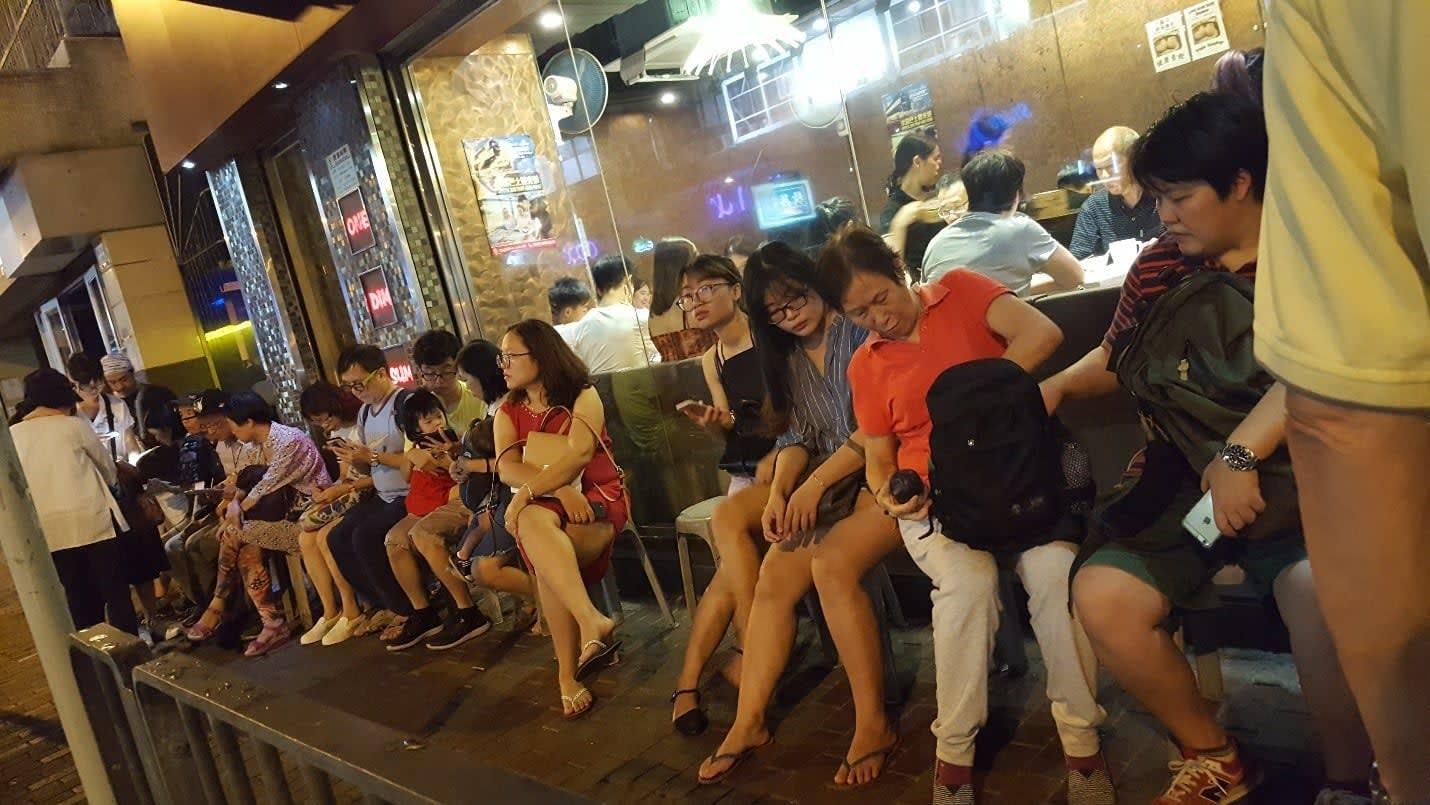 lịch trình du lịch hong kong: xếp hàng chờ dimsum