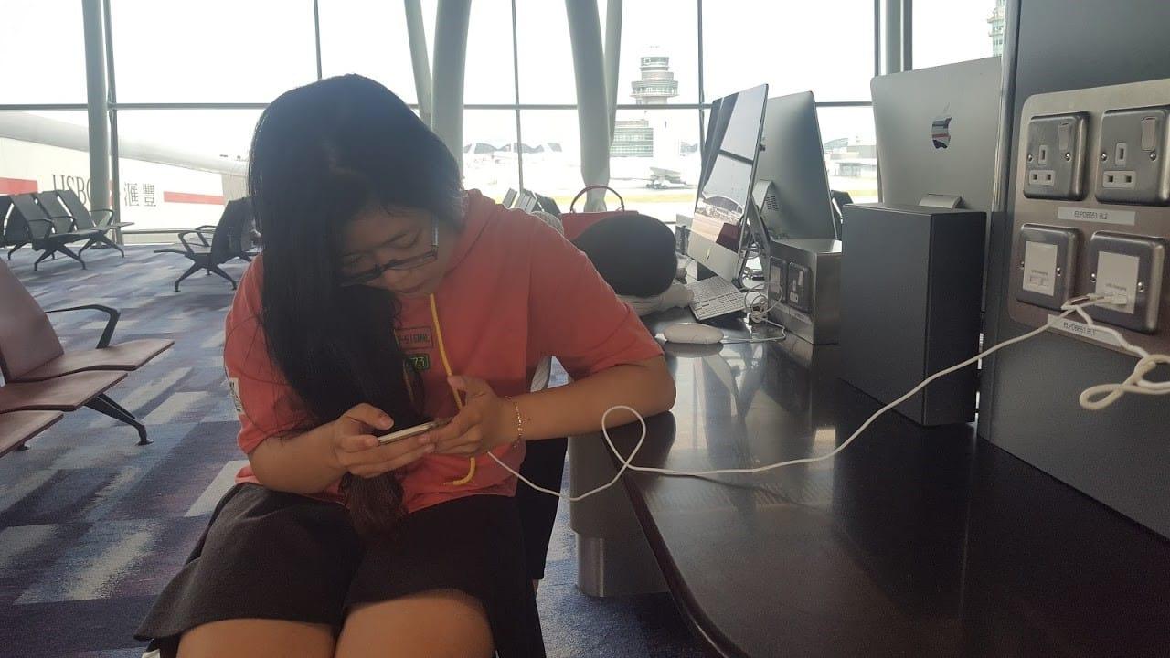 lịch trình du lịch hong kong: sân bay có chỗ cắm sạc