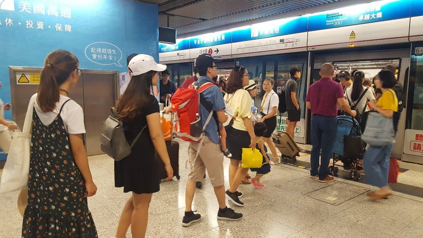 lịch trình du lịch hong kong: xếp hàng lên tàu điện ngầm
