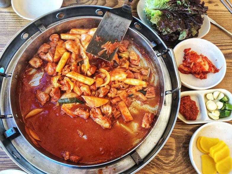 gà xào bắp cải là một món ngon trong ẩm thực seoul