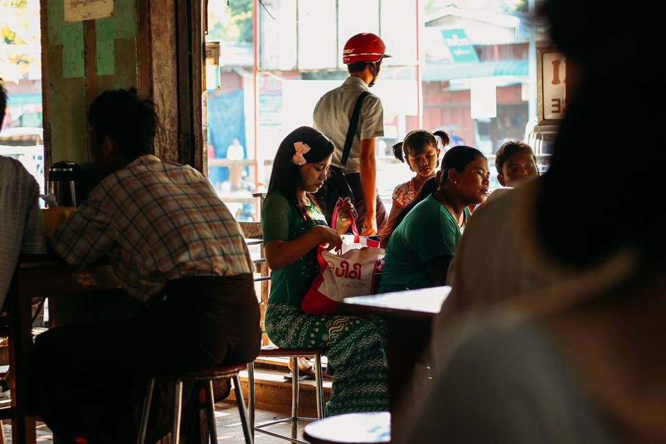 con người ở bagan - thiếu nữ ở quán ăn