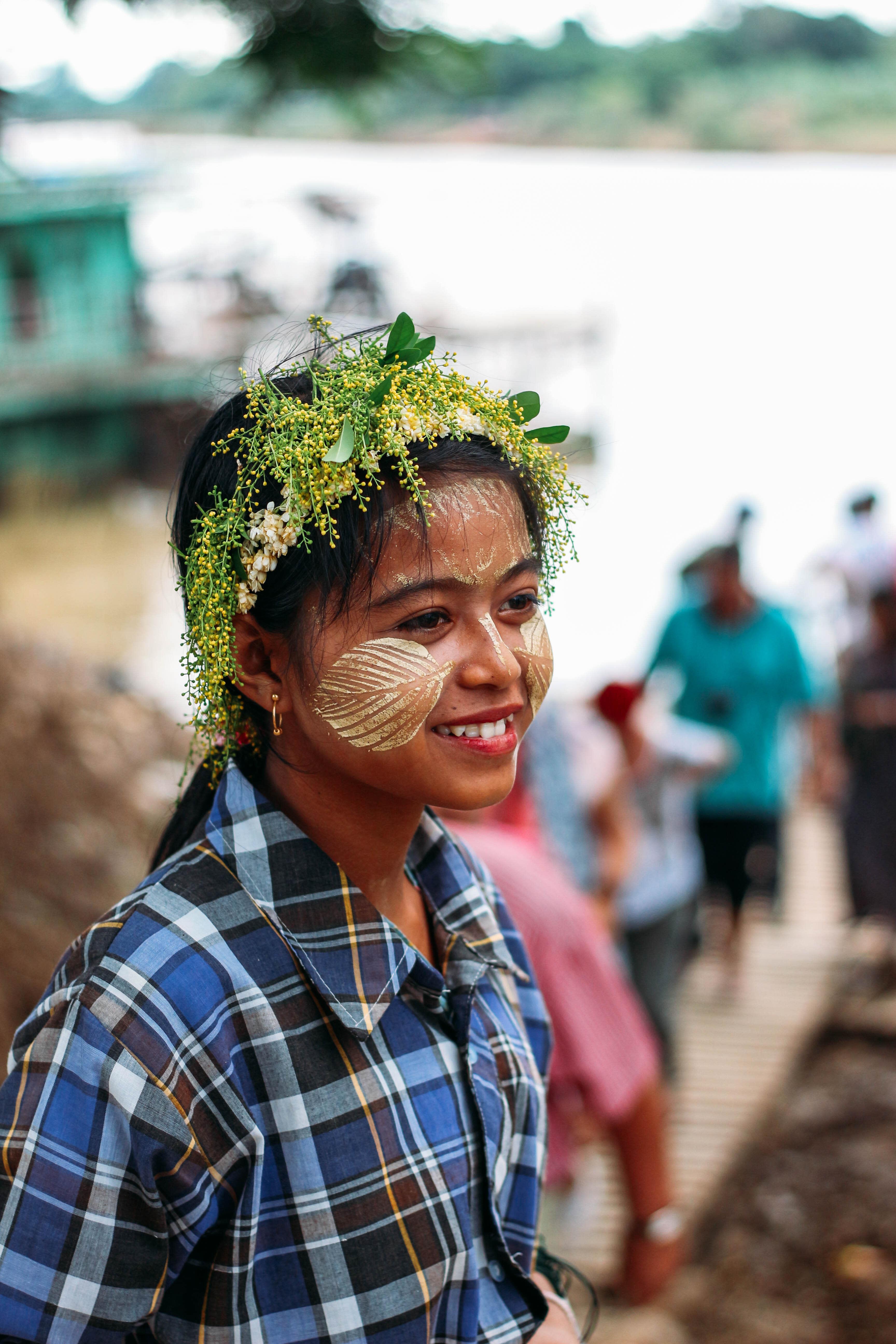 con người ở mandalay và inle: bé gái bán hàng ở inwa