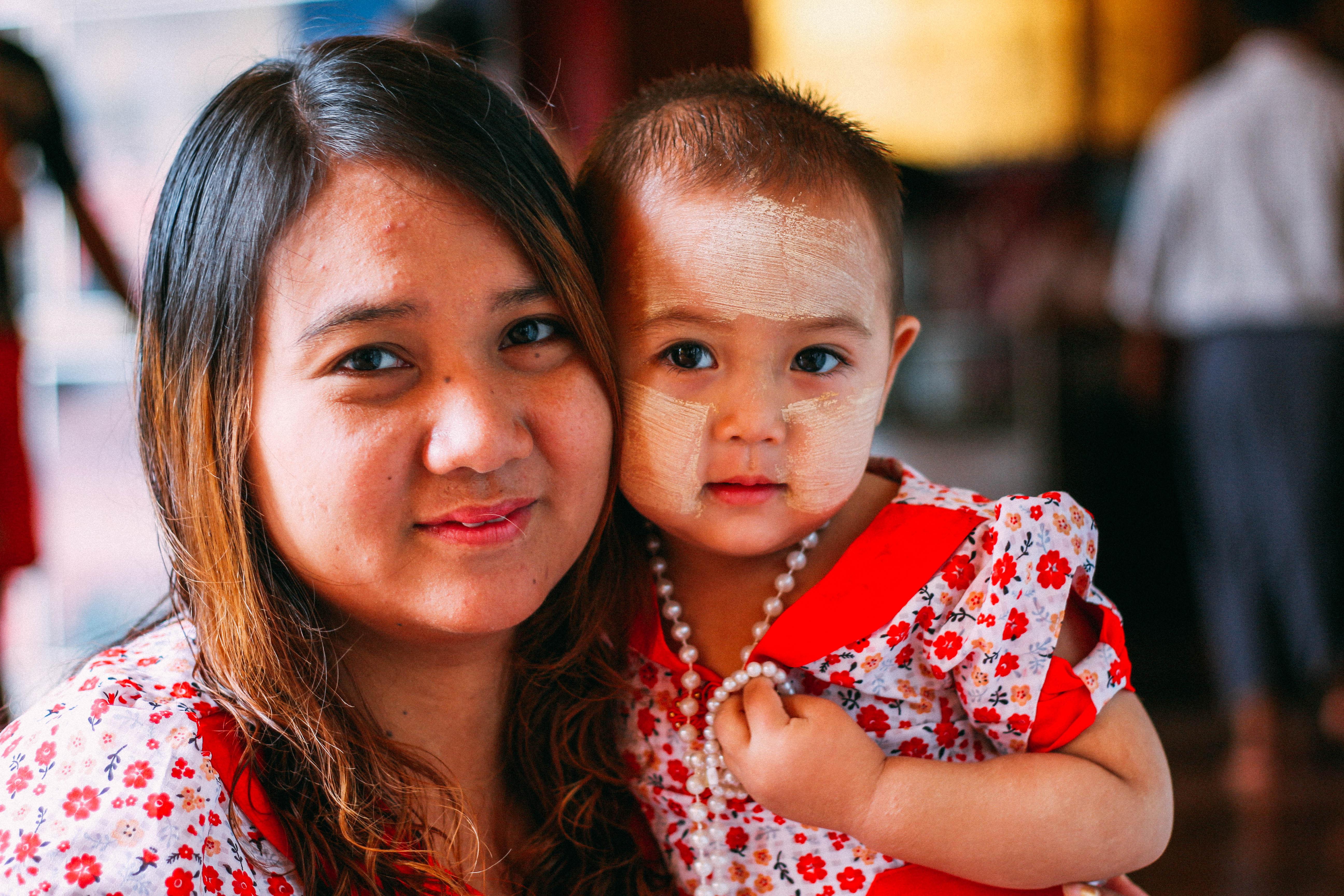 con người ở mandalay và inle: hai mẹ con ở chùa mahamuhi