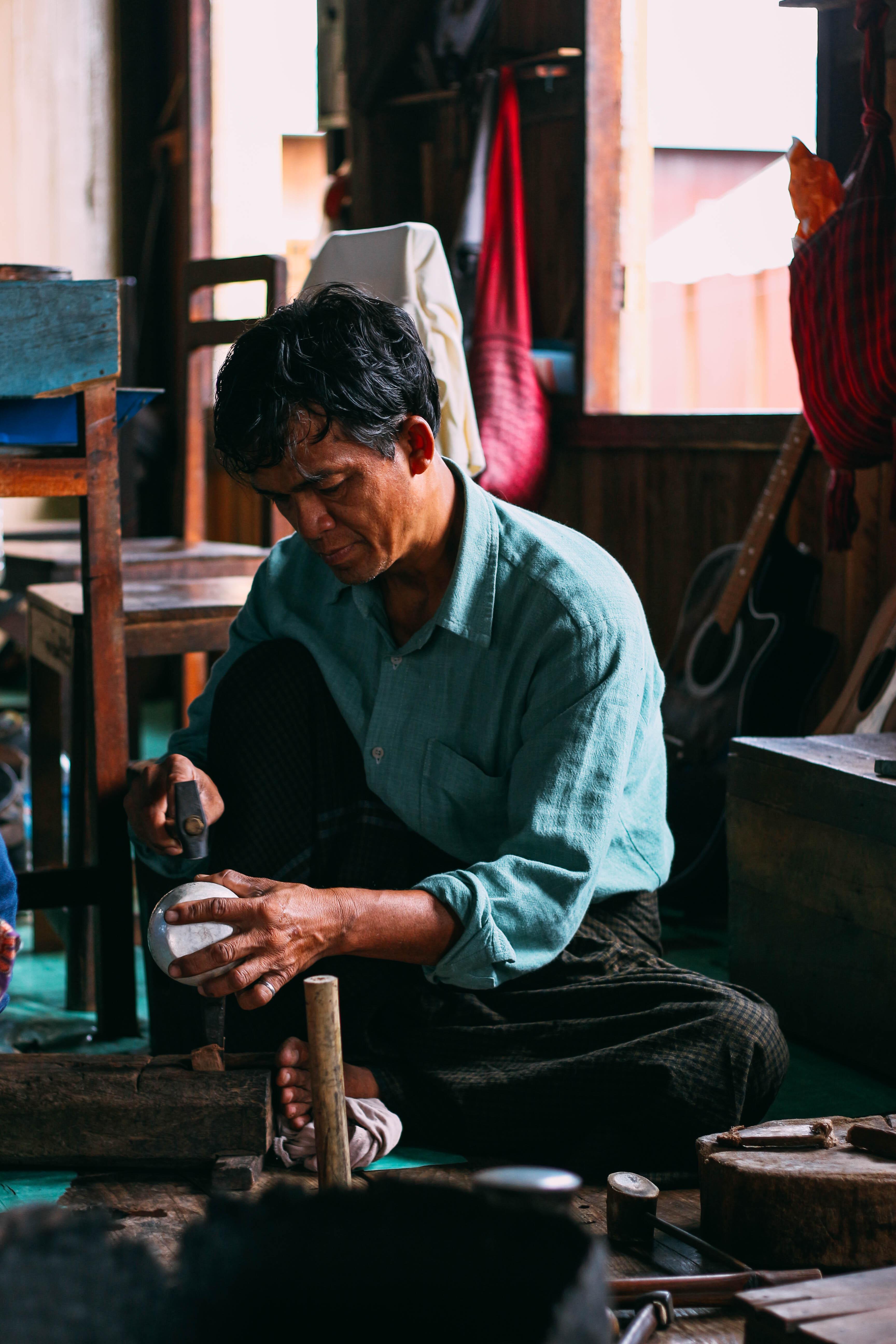 con người ở mandalay và inle: bác thợ ở làng nghề thủ công