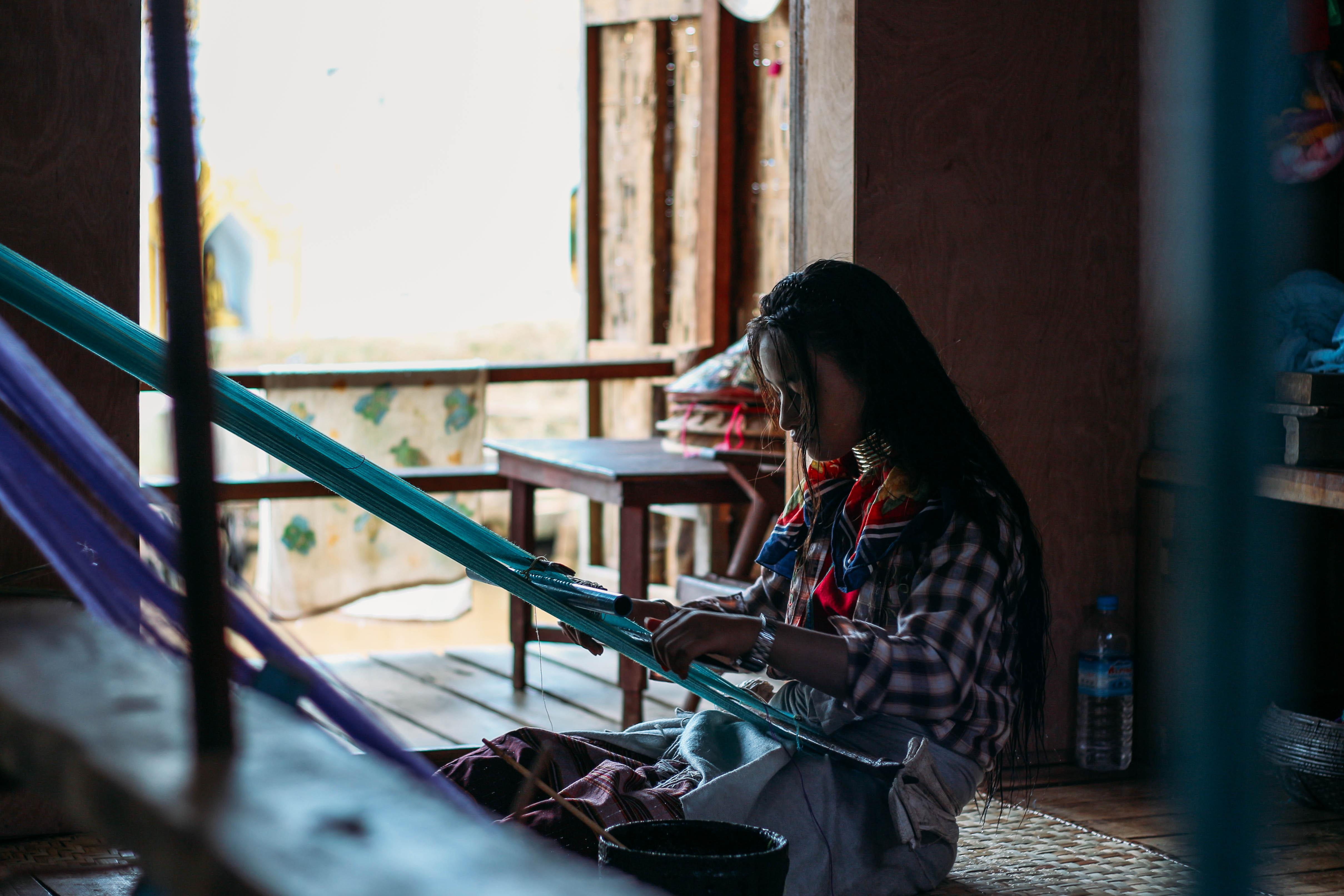 con người ở mandalay và inle: bé gái người padaung đang dệt khăn