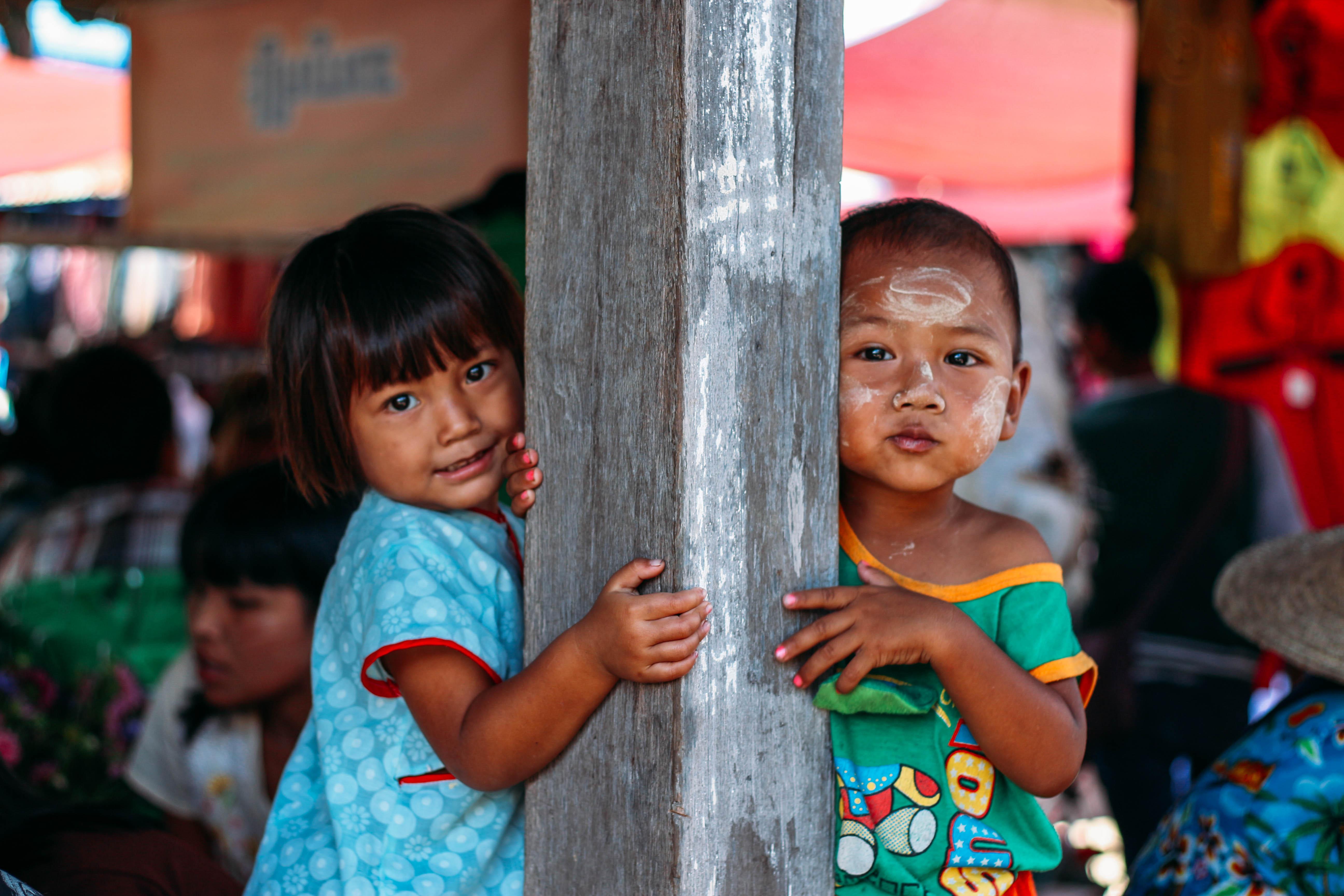 con người ở mandalay và inle: trẻ em tại chợ sáng làng ywama