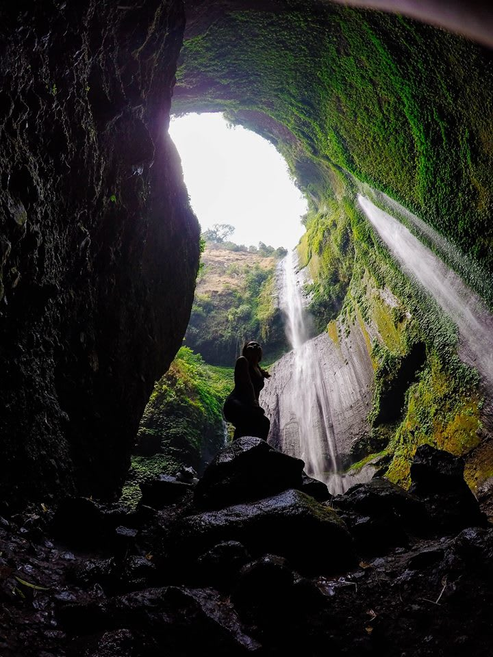 nhìn lên từ thác madakaripura gần núi lửa bromo